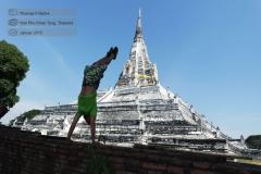 2015-01-16-10-15-38-Thailand-Handstaende-aus-aller-Welt-Wat-Phu-Khao-Tong.jpg