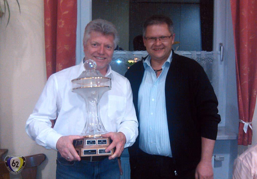 Vorstand Michael Kudlek (rechts) überreicht Dieter Linder (links) den Ehrenpokal. (Bild: TF)